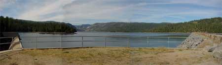 チェリー湖 山を切り開いて作ったダム湖